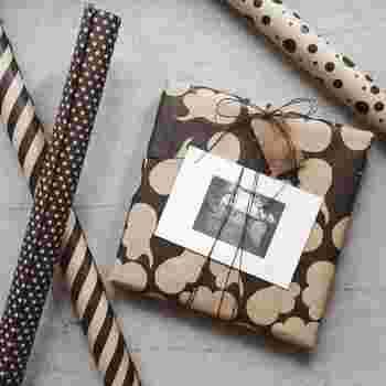 簡単に包む場合でも、デザイン性の高いペーパーを使えば遊び心のあるおしゃれなプレゼントにセンスアップできます。ドットやストライプもおすすめですが、海外らしい少し変わったデザインのペーパーを使ってみましょう。