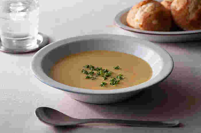 maid in Japanながら西欧の雰囲気を醸し出す、波佐見焼のリムボウル。ポタージュスープが様になる、正統派のスープ皿です。