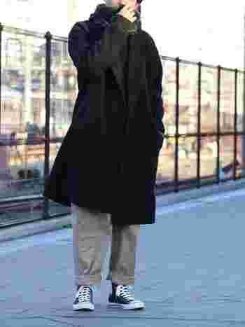 ボリュームのあるコートやパンツに合わせたハイカットスニーカー。普通のスニーカーにはできない、微妙なバランス感が今っぽい雰囲気です。