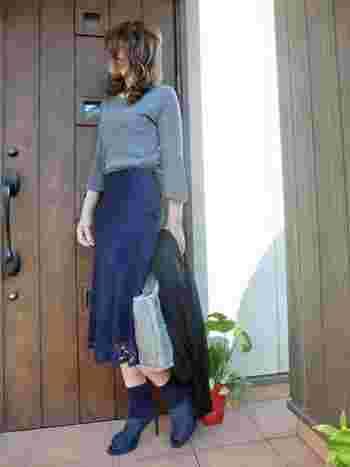 ネイビーのレーススカートは、大人コーデにぴったりなアイテム。グレーのニットをタックインして、足元もブルー系でまとめています。ジャケットやコートを羽織れば、女子会やデートにもぴったりな着こなしに。