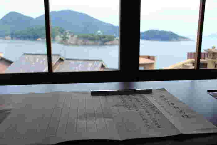 漢字を一文字ずつ丁寧に書く写経の時間もおすすめ。モデルの冨永愛さんが和装姿で写経するインスタが話題になりましたね。難しそうに見える写経だけど、京都の智積院などなぞり書き素材を無料でダウンロードできるお寺もあるんですよ。さらに写経セットをお取り寄せできる寺院も多数。写経は集中力アップと気持ちを穏やかにする効果があるといわれています。