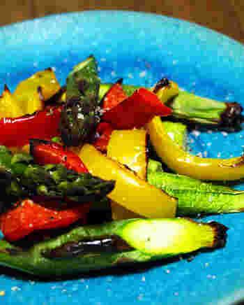 アスパラガスとパプリカのグリルにトリュフ塩をかけるだけでお酒が進む料理に変身。