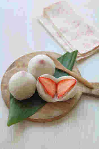 レンジで作れるいちご大福は、ひらひらと舞い落ちる桜の花びらにぴったり。優しい甘さが癖になる一品です。