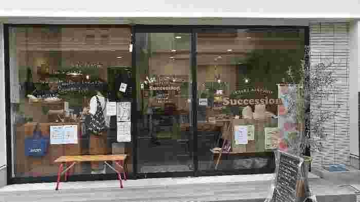 おしゃれなお店が多い谷中キッテ通りにある「succession(サクセション)」は、2017年にオープンしたベイクショップで、焼き菓子をメインに、パンやサンドイッチも人気です。