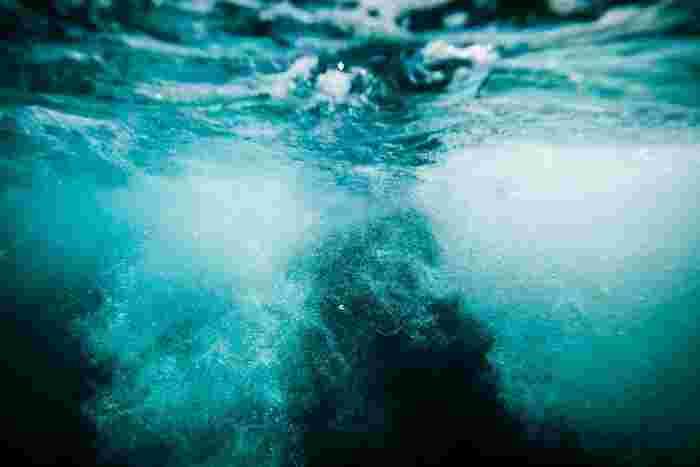 深く海に潜っていくように、静かに眠りに入っていきます…。