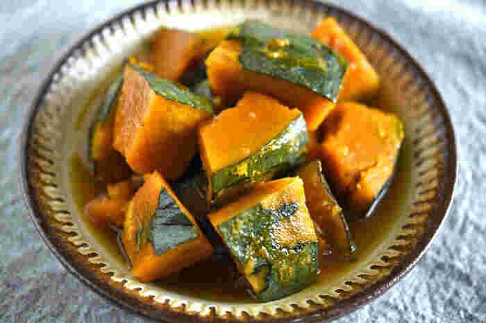 お出汁を使わない「かぼちゃ煮」。出汁を使わないことでかぼちゃ本来の美味しさが引き立ちます。ホクホクやわらかく煮た甘いかぼちゃはデザート代わりにしてしまってもよさそう。