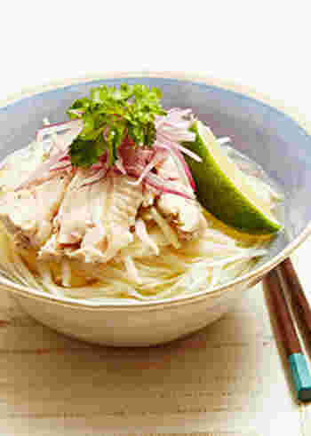 ベトナムの麺料理「フォー」を稲庭うどんでひんやりと冷たく仕上げて。鶏がらスープやナンプラーを加えたスープで鶏肉を煮て、鶏の旨みを活かしています。香菜とライムで夏らしい爽やかな香りと味わいに。