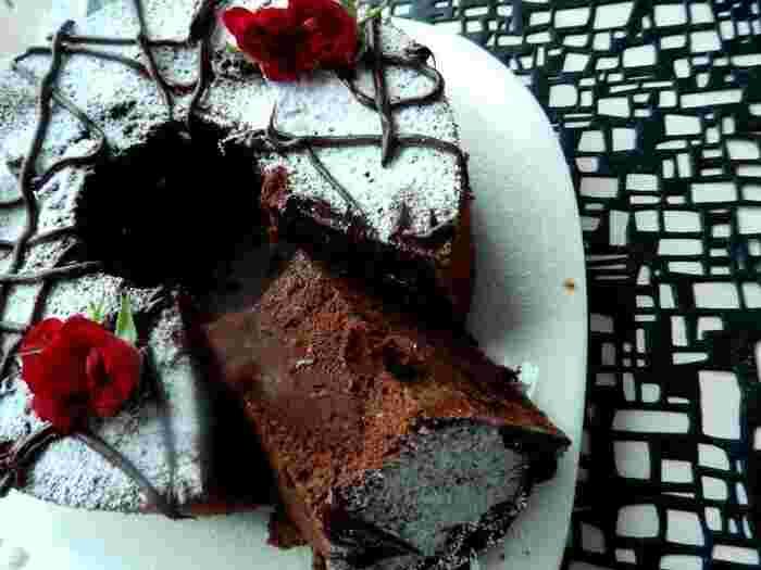 よりチョコレートの風味を味わいたいときには、こちらのレシピがおすすめ。濃厚なダークチョコレートのフレーバーです。甘さを抑えて、ラム酒も効いた大人の味わい。おしゃれなデコレーションを施して、とっておきのデザートにいただきましょう♪