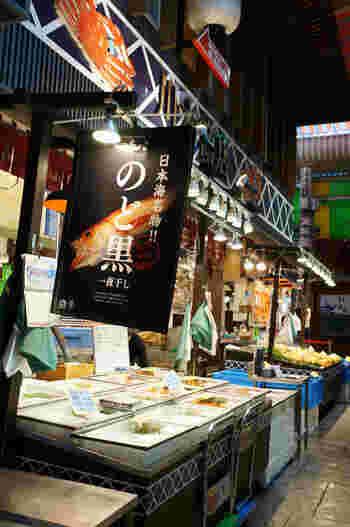 """""""おみちょ""""の愛称で親しまれる近江町市場は金沢市の食の中心。特産の加賀野菜や新鮮な海産物の店々が軒を連ねる市場です。「いらっしゃい!」という威勢のいいかけ声に迎えられることでしょう。金沢駅からはタクシーで約5分、香林坊などにもほど近いアクセスの良さから観光客も多く立ち寄るスポットになっています。"""