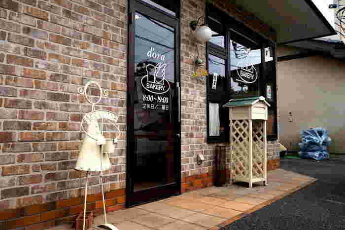 JR信越線の群馬八幡駅から徒歩約15分の距離にあるパン屋さん「ドーラ」。