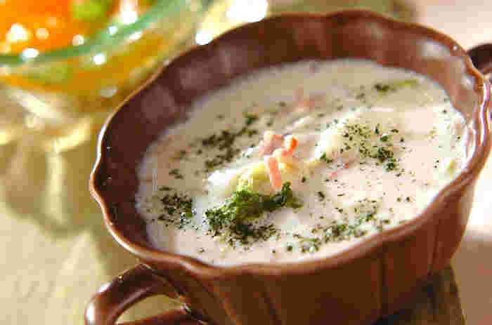 白菜をミルクで煮込んだとろとろスープ。ミルクの風味に、ベーコンのうまみが加わって、なんともいえないおいしさです。