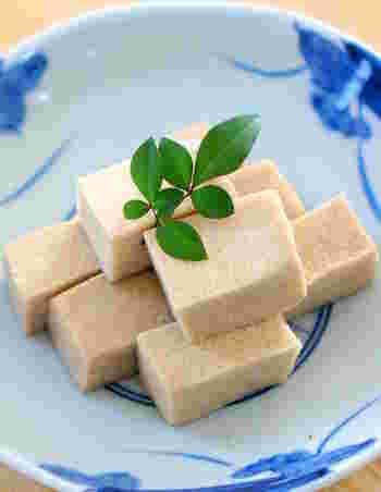 湯戻しする前の高野豆腐をすりおろして粉末状に。それがつなぎの代わりになります。原料が大豆なので、パン粉を使うよりカロリーをおさえられます。