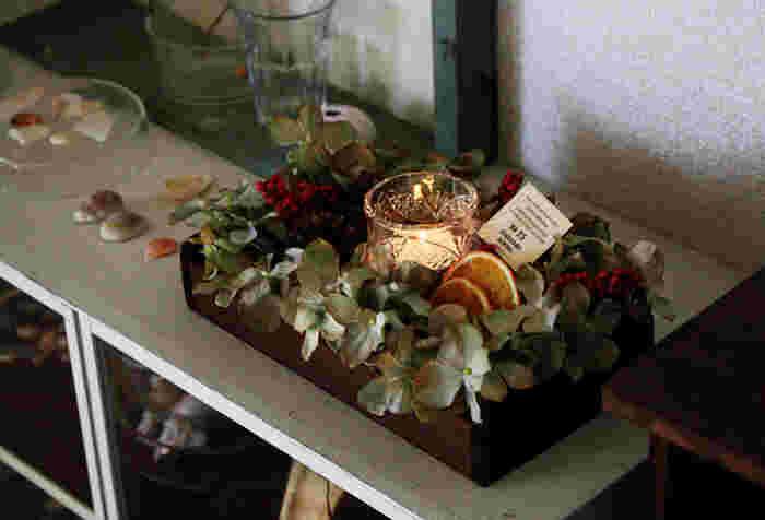 フェイクフラワーの中央にキャンドルを置くとバランスよく仕上がります。棚の上に飾ったり、テーブルの中央に置いてみたり…ボックスなので家のどこにでも移動できるのも嬉しいですね。