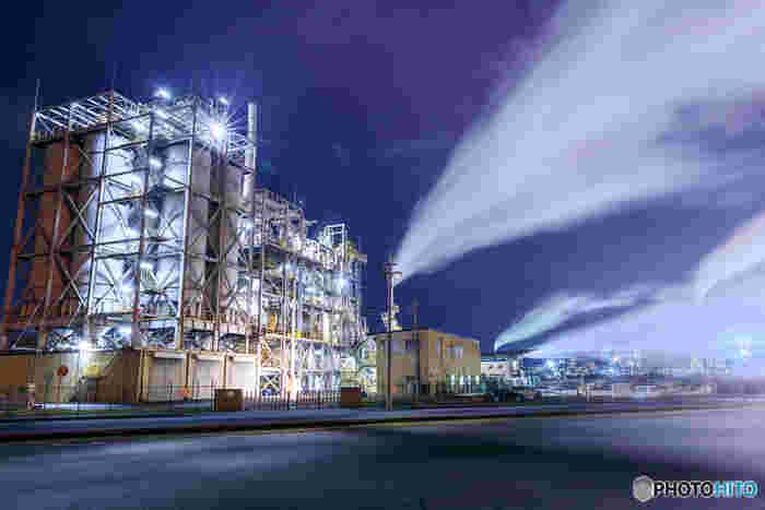 新日鐵住金の広畑工場も、播磨臨海工業地帯における人気工場の一つです。藍色の夜空、夜闇に浮かび上がる巨大なプラント、立ち込める蒸気……。ここを散策していると、まるでSF映画に迷い込んだかのような錯覚を感じます。