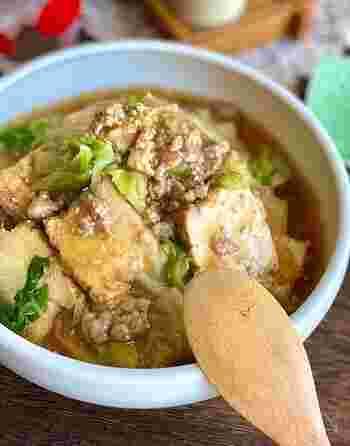 厚揚げを加えることで、ボリュームたっぷりに仕上げたあんかけのレシピ。白菜のトロトロとした食感と甘みを楽しめます。 ひき肉を加えているため、白ご飯との相性もぴったり。白ご飯にのせて、中華丼にアレンジするのもおすすめです。
