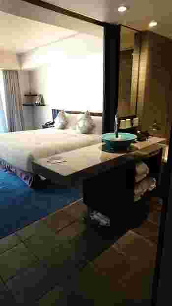 客室は、日本の伝統美が随所に宿ったモダンデザインが魅力的で、全39室。そのうち17室には嵐山温泉を楽しめる露天風呂が付いていますよ。 食事はレストラン「京 翠嵐」にて、会席料理×フレンチを融合させた、新しいスタイルの料理を楽しめます。実はこちら、川崎重工業の創始者・川崎正蔵が別荘として建てた建物を、豪壮華麗な意匠を残して改築した施設。京の季節の素材とともに、歴史的建築の美しさも満喫してみては。