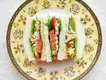 マスタード好きにおすすめしたい、マスタードたっぷりのサンドイッチ。チキンはレンジで手軽に調理できますよ。