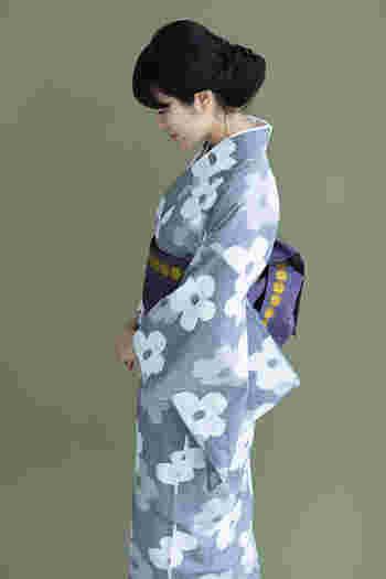 こちらは久留米絣(くるめがすり)のお着物に、博多の半巾小袋帯を合わせた品のある素敵なコーディネート。浴衣にも着物にも今風にぴったりマッチする万能半幅帯です。しっかりした織りで扱いやすく柄も素敵です。ご覧のように半幅帯は品良く粋に着物姿をみせてくれます。
