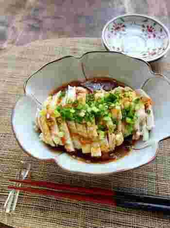 パサつきがちな鶏むね肉もしっとり仕上がる、よだれ鶏のレシピ。タレが美味しいので、漬け込みいらずの短時間で出来上がります。おつまみにしたり、冷やして食べるのもおすすめです。