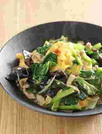 小松菜はアクが少ないので油でささっと炒めることでシャキシャキ食感も楽しめ調理も簡単です。卵の黄色と小松菜の緑のコントラストが食卓に華を添えてくれる美しい一品です。