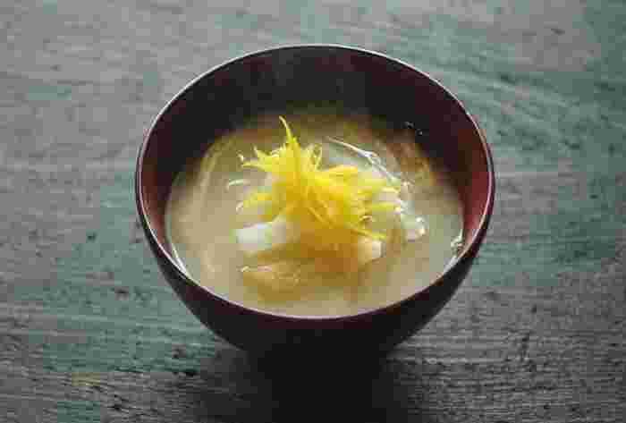 焼き魚定食に欠かせないお味噌汁。大根と油揚げのシンプルだけど美味しいお味噌汁に、柚子のせん切りを添えれば、見た目も上品になり、風味もアップし、お客様がいらしたときにも使えそう。