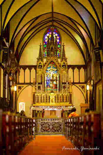 輝くステンドグラスは誓いの場を優しく彩ってくれます。宗教史的にも貴重な教会であり、実は現存するキリスト教建築物の中では、日本最古のものでもあります。