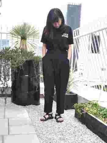 黒サンダルに合わせたワントーンコーデ。黒いTシャツ+黒いパンツで、クールに。Tシャツにロゴなどのアクセントがあると目線が上がり縦ラインが強調されるので、着やせ効果も狙えます。