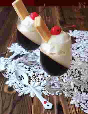 喫茶店を思わせるようなこちらのレシピ。コーヒーゼリーとミルクゼリーふたつの味が楽しめちゃいます。はじめにコーヒーを、あとからミルクゼリーを入れて固めることでキレイな二層に仕上がりますよ♪