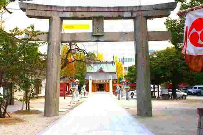 「西鉄福岡(天神)駅」のすぐ裏手、天神のど真ん中にあるのがこちらの警固神社です。商業ビルが並ぶ中にありつつも、境内の中は意外にも静か。所説ありますが、実は古来の西暦200年ほどから祀られているとも言われている、歴史ある神社です。勝利や防衛の神様を祀る警固神社では、厄除けに効果があるパワースポットとして崇められています。