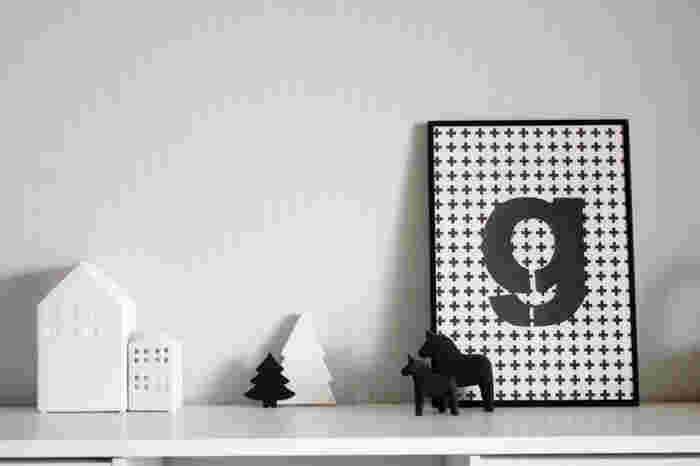 いかにもクリスマスという雰囲気が苦手な方には、こんなモノトーンの飾り付けもおすすめ。ちょっぴり大人の印象です。