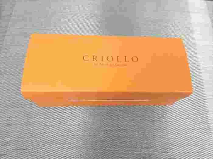 お取り寄せの時は冷凍で配送されます。店頭に並ぶものとは違う、ボックス型のシンプルな形になっています。