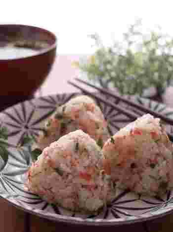 静岡名物の香り豊かな「桜えび」を使ったおにぎりです。ねぎや天かすも一緒に入っているので、見た目も華やか。桜えびによく合うめんつゆを入れて、味付けを整えているので食べやすいのもいいですね。