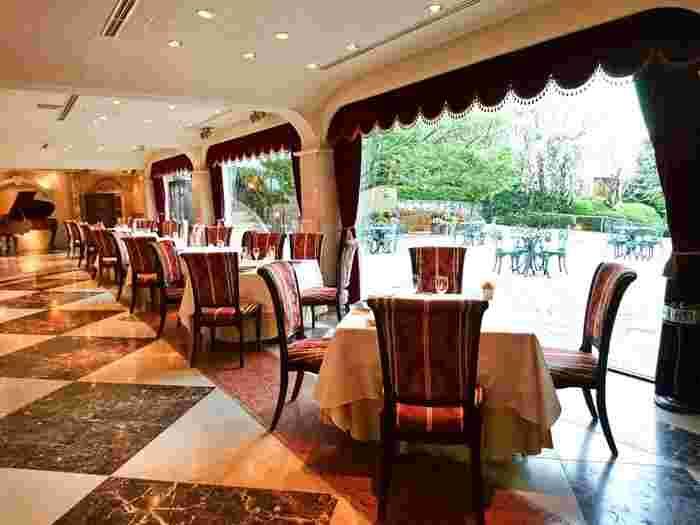 JR恵比寿駅から徒歩10分ほど。こちらは、閑静な住宅街に1100坪を誇る敷地を有する元ハンガリー大使公邸を改装したレストランです。広々としたお庭が美しいレストランで、ウェディングパーティーなどにも対応しています。