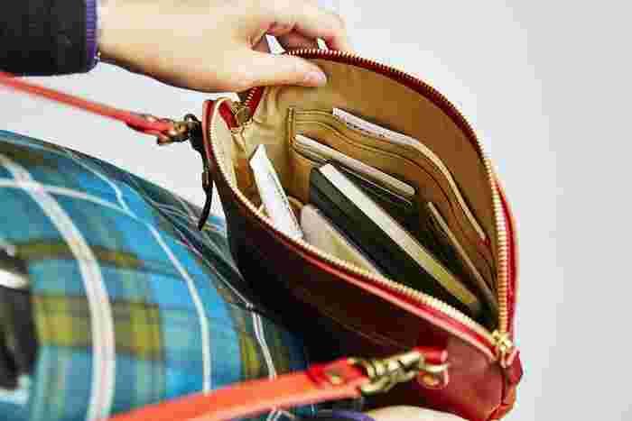 お札・小銭・カードなどを分けて収納しつつ、リップクリームなどの化粧品や、鍵・スマートフォン・小さめの手帳など、見た目以上に色々なものを整理しながら収納できます。 お財布以上の収納力があるので、ついつい持ち物が増えてしまう人にもおすすめです。