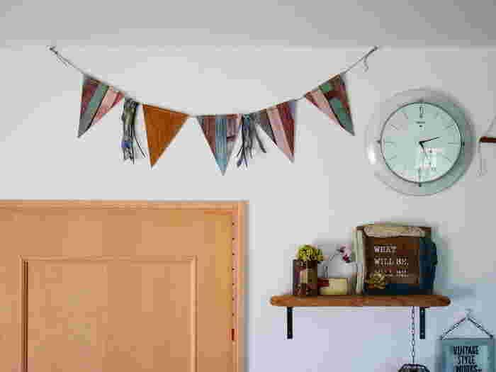 ホームパーティーの飾り付けによく使われるガーランド。こちらのおうちではベニヤ板を三角形にしてリメイクシートを貼ってガーランドにしています。特別な日だけでなく、インテリアを彩るおしゃれアイテムとして日常でも取り入れたいですね。
