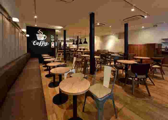床、壁、テーブル、椅子など、店内はふんだんに木を使用したつくりとなっていて、ログハウスっぽい温かみのある空間。高速Wi-Fi、電源は無料で利用できます。
