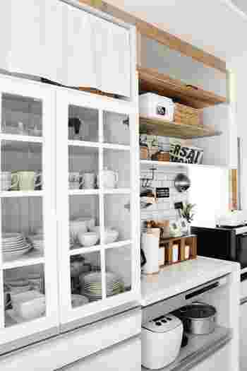 食器棚を固定して転倒を防止しても、扉が開いてしまったり、扉のガラスが割れてしまったら、せっかくの対策も効果が半減してしまいますね。