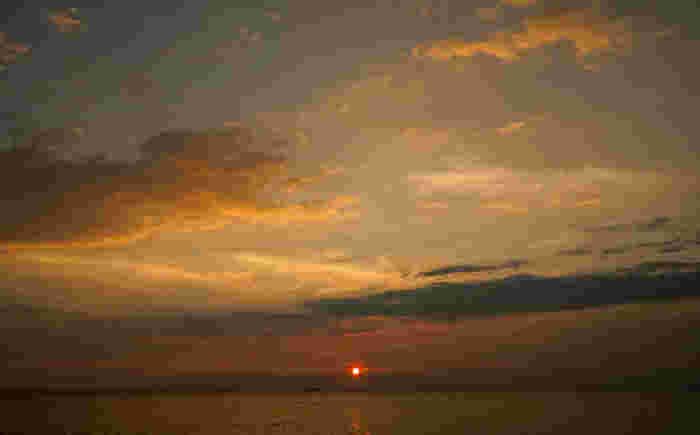 常滑りんくうビーチは、夕陽の名所として知られています。伊勢湾に沈みゆく夕陽、陽射しを浴びて紅く染まった雲、夜の色を映した海が織りなす景色は絵画のような素晴らしさです。