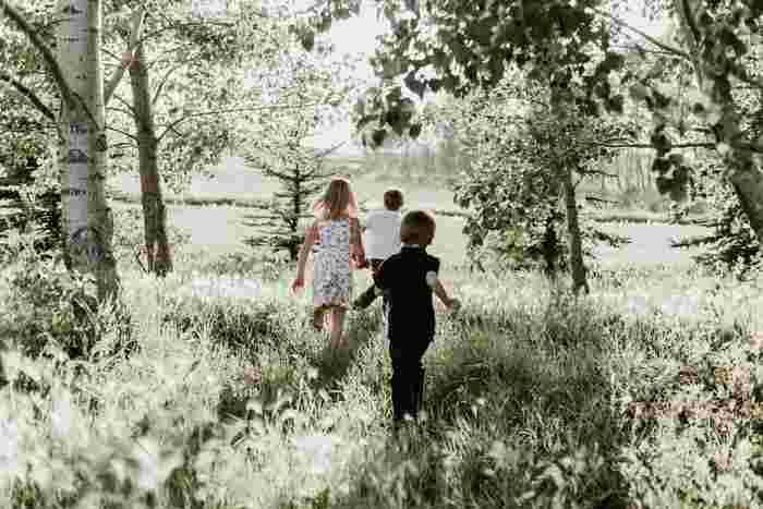 家庭教師としてトラップ一家を訪れるも、なかなか心を開かない子供たち。そんな中、臆することなく正面から立ち向かって行くマリアの姿には、勇気をもらうことができます。