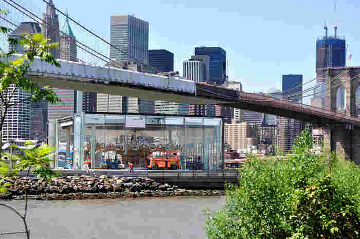 公園内でも特に人気があるスポットして挙げられるのはここ。ブルックリン橋のすぐ下にある透明なボックス型の建物内にある「Jane's Carousel(ジェーンズ・カルーセル)」と呼ばれるメリーゴーランド。
