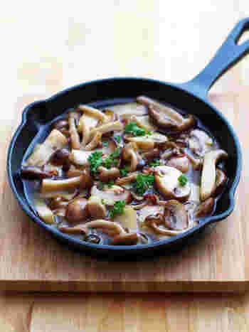 『3種のキノコのアヒージョ』  オリーブオイルとニンニクで野菜や魚介類を煮込む「アヒージョ」は、本場スペインではお酒のおつまみの定番です。きのこのアヒージョを作るなら、数種類のを組み合わせるとおいしさアップ!そのままテーブルに出せる「スキレット」を使えば、フォトジェニックなおつまみに。旨みたっぷりのオイルはバゲットにつけて召し上がれ♪