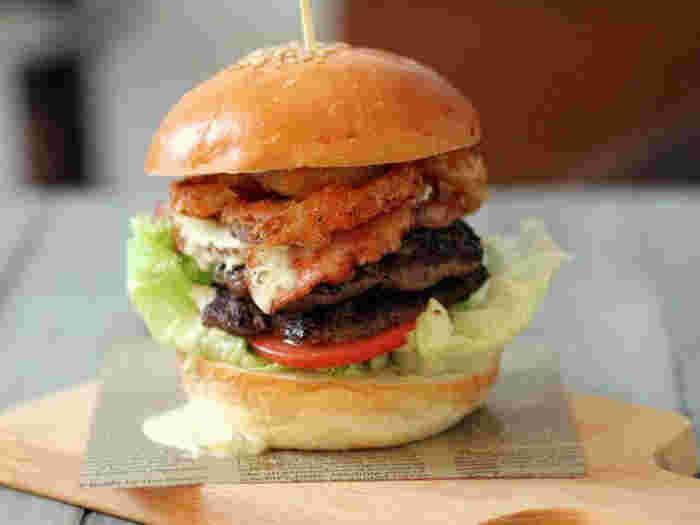 肉・魚・野菜などの材料を好きなように組み立ててデザインしていくのは、なんだかうきうきしますね。遊び心いっぱいの自家製バーガーでゆったりとしたランチライムを過ごしてみませんか?