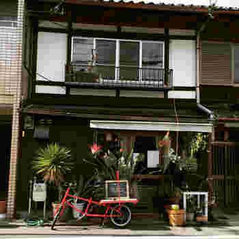 音楽イベントでの出張カレーから始めたカレー屋「森林食堂」は、住宅街さりげなく佇み、通り過ぎる方も多いとか。お店の前の植物と赤い自転車が目印です。