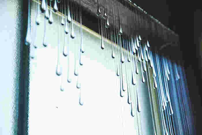 窓際に飾られたオブジェ「blessed rain(恵の雨)」。吊るしているひも状の部分は糸かと思いきや、すべてガラス(!)。とても壊れやすいので持ち運びは不可。展示などでは2m近くあるものも作られたのだそう