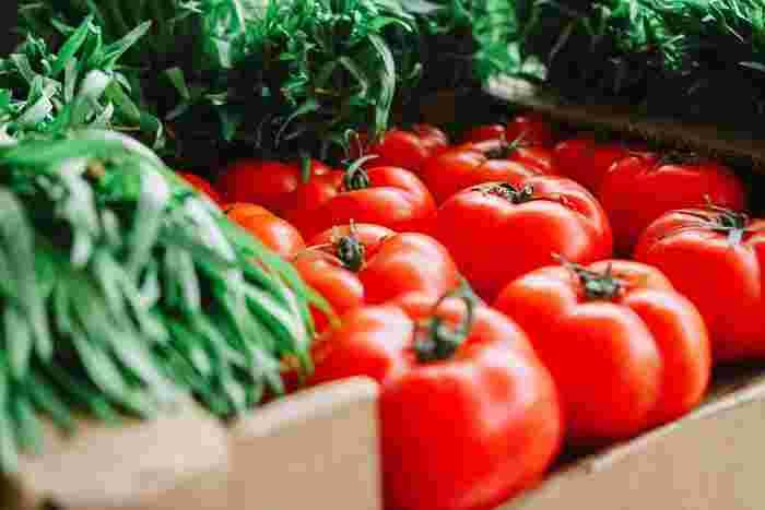 """""""ファイトケミカル""""とは、野菜などの植物にとっての有害な虫などから身を守るためにつくり出された、色や香り、辛味、渋みなどの成分のこと。ファイトケミカルを含む食材を食べると、今度は自分たちの体を守るためにファイトケミカルが働くようになります。抗酸化力、免疫力アップや、紫外線予防にも繋がると言われています。また、よく耳にするポリフェノールやカテキン、フラボノイドなどもファイトケミカルの一つなんですよ。"""