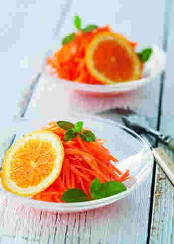 相性のいいニンジンとオレンジをマリネした、みずみずしくフルーティなラぺ。爽やかな風味は朝食などにもぴったりで、豊富なビタミンは健康や美肌にメリットをもたらしてくれます。常備菜としてもおすすめです。