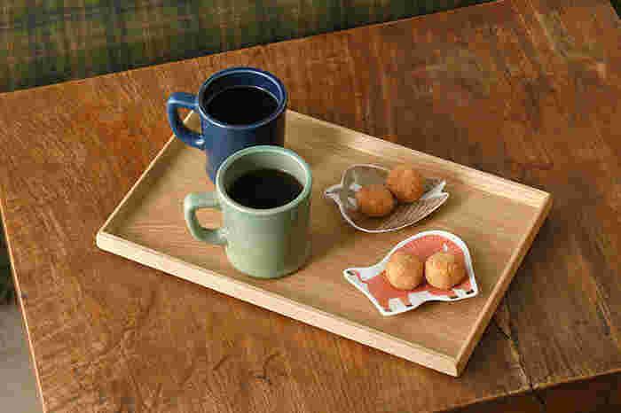 神奈川県小田原市で、原木の加工から塗装まで一貫生産にて木工製品を製造し、販売を行っている「薗部産業」の、硬くて丈夫な国産の楢から作られた「カフェトレー」。全体に上品な雰囲気を醸し出し、お茶やコーヒーなど何を乗せてもしっくりと高級な佇まいを見せてくれます。