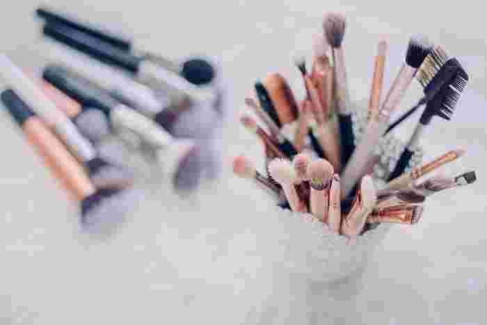 広い面積にはアイシャドウブラシ、細かい部分にはチップなど、塗る面積によってアイシャドウを塗るツールも変えましょう。ブラシも毛の種類や長さによってアイシャドウの付き方が変わってきますし、チップもスポンジのものだけでなく、シリコン製のチップもあります。また、指を使って塗るのがよい場合もありますから、アイシャドウの色だけでなく、ツールもいろいろ試してみてくださいね。 また、不自然にならないためには、上手に「ぼかす」ことも大事。そのためには塗り方もポイントです。まずは薄く塗って、鏡から一歩離れて顔全体のバランスも見ながら色を足していくのがGOOD。目だけを近くで見て塗るときより、美しくぼかすことができますよ。
