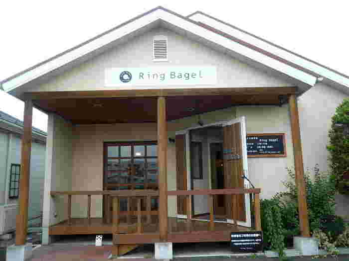 昭和町にある「ring bagel(リングベーグル)」は、山小屋風のおしゃれな建物のパン屋さんです。丸いベーグルのロゴマークが目印ですよ。