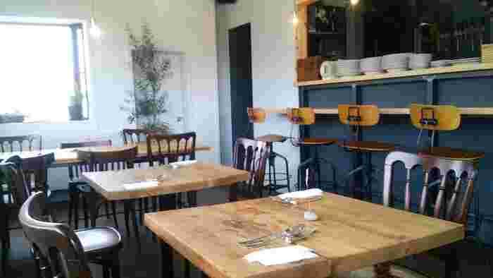 TRANQUIL(トランクウィル)は、とてシンプルな内装ですが、木の温かみが味わえるおしゃれなカフェです。